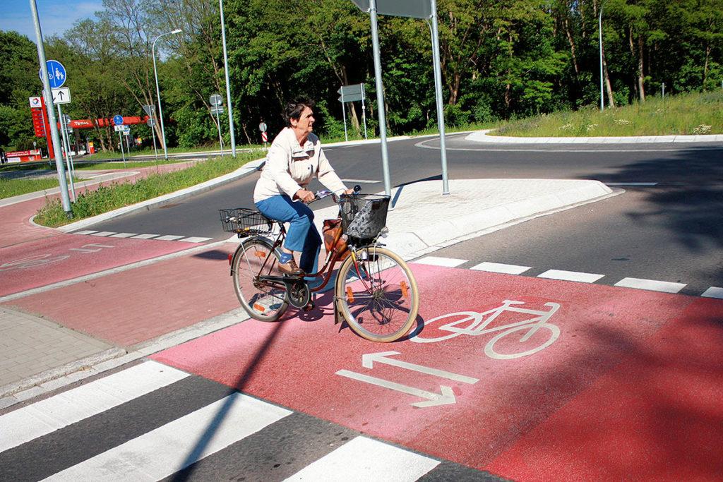 Radfahrerin auf Fahrradweg