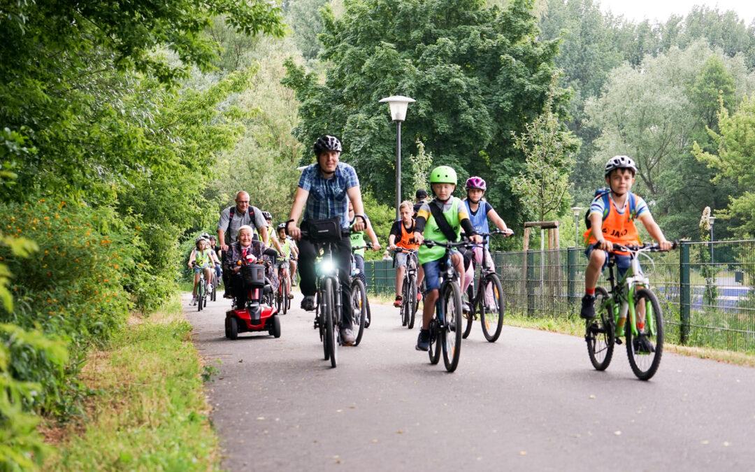 Bürgermeister radelt mit Kindern durch Oranienburg